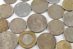 Um grupo de moedas indianas da moeda imagens de stock