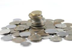 Um grupo de moedas indianas da moeda fotografia de stock royalty free