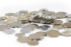 Um grupo de moedas indianas da moeda imagem de stock