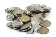 Um grupo de moedas indianas da moeda imagens de stock royalty free