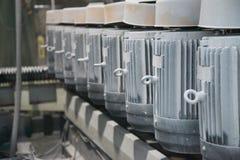 Um grupo de motores bondes poderosos Movimentação elétrica do equipamento industrial Fundo industrial abstrato Foco macio imagem de stock