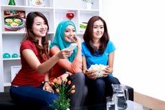 Um grupo de mulheres aprecia olhar um filme imagens de stock