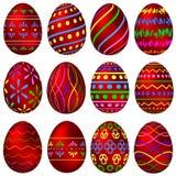 Um grupo de ovos da páscoa vermelhos com testes padrões coloridos Imagem de Stock