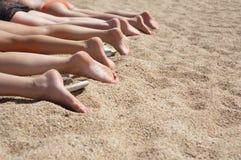Um grupo de pés das mulheres Fotos de Stock Royalty Free