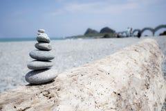 Um grupo de pedras equilibradas na praia foto de stock