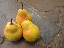Um grupo de peras amarelas Fotos de Stock
