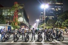 Um grupo de pessoas participa em uma demonstra??o contra Presidente-elege Jair Bolsonaro Centenas de brasileiros, na maior parte  fotos de stock