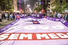 Um grupo de pessoas participa em uma demonstra??o contra Presidente-elege Jair Bolsonaro Centenas de brasileiros, na maior parte  imagens de stock royalty free