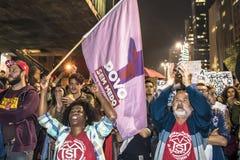Um grupo de pessoas participa em uma demonstra??o contra Presidente-elege Jair Bolsonaro Centenas de brasileiros, na maior parte  imagem de stock royalty free