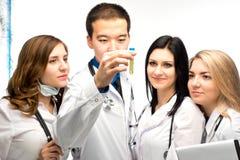 Um grupo de pessoas que olha a reação imagens de stock