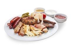 Um grupo de petiscos para a cerveja Salsichas, suluguni, bacon, pepinos conservados e carne fritada imagem de stock royalty free