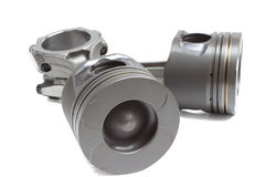 Um grupo de pistões e de hastes para o motor de automóvel em um fundo branco Imagem de Stock