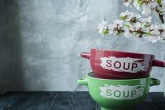 Um grupo de placas para a sopa com a inscri??o O ramo ? abric?s de floresc?ncia Lugar para o texto Fundo de madeira escuro fotografia de stock