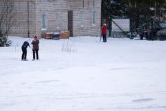 Um grupo de povos alegres com os esquis e os snowboards a jogar imagem de stock royalty free
