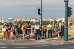 Um grupo de povos diferentes está esperando um sinal pedestre imagens de stock