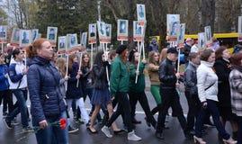 Um grupo de povos não identificados com cartazes Imagens de Stock Royalty Free