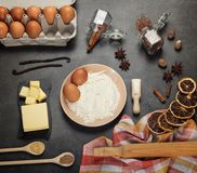 Um grupo de produtos para a preparação da massa, especiarias, citrino seco na superfície de trabalho Imagem de Stock Royalty Free