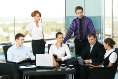Um grupo de seis pessoas do negócio em um escritório Fotografia de Stock Royalty Free