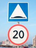 Um grupo de sinais de tráfego instalados na estrada Imagem de Stock Royalty Free