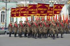 Um grupo de soldados com as bandeiras da grande guerra patriótica Ensaio de parada em honra de Victory Day em St Petersburg Imagens de Stock