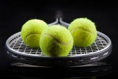 Um grupo de tênis Raquete da raquete e do Ball imagem de stock