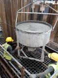 Um grupo de trabalhadores da construção que derramam o concreto molhado Fotografia de Stock Royalty Free