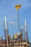Um grupo de trabalhadores da construção que derramam o concreto no trabalho do formulário do feixe à terra foto de stock