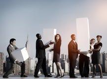 Um grupo de trabalhadores de escritório em New York que guarda o conceito do gráfico fotos de stock royalty free