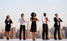 Um grupo de trabalhadores de escritório que fazem a ioga exterior Foto de Stock Royalty Free