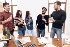 Um grupo de trabalhadores de escritório novos que comemoram foto de stock royalty free