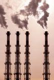 Um grupo de tubulações libera o vapor escuro do vapor do fumo poluição ambiental, poluição do ar por emanações tóxicas imagens de stock