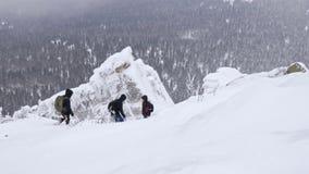 Um grupo de turistas desce da parte superior de uma montanha coberto de neve filme