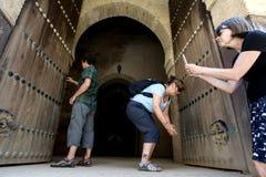 Um grupo de turistas que fotografam as portas aos grainaries velhos do Heri es-Souni em Meknes, Marrocos foto de stock royalty free