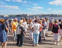 Um grupo de turistas que visitam as atrações em St Petersburg Rússia Um grupo de turistas europeus está para trás e considera as  Imagem de Stock