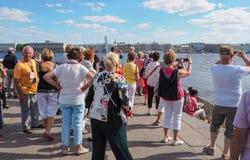 Um grupo de turistas que visitam as atrações em St Petersburg Rússia Um grupo de turistas europeus está para trás e considera as  Imagens de Stock