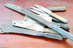 Um grupo de uma faca velha com punho de madeira usou-se para ser usado na cozinha imagens de stock