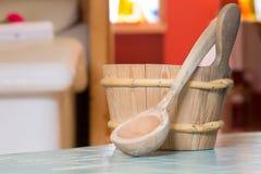 Um grupo de utensílios de madeira uma colher e uma cubeta Imagem de Stock Royalty Free