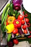 Um grupo de vegetais em uma caixa de madeira Foto de Stock Royalty Free