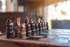 Um grupo de xadrez de madeira no tabuleiro de xadrez imagens de stock