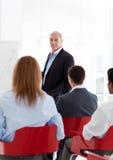 Um grupo diverso de executivos em um seminário