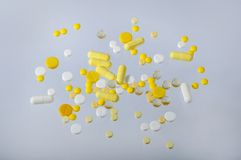 Um grupo do branco e de muitos comprimidos amarelos pequenos fotos de stock royalty free