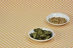 Um grupo do chá verde, em cápsulas da folha ou em comprimidos em pratos fotos de stock royalty free