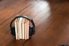 Um grupo do livro com fones de ouvido foto de stock royalty free