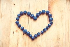 Um grupo dos mirtilos deu forma como um coração imagens de stock royalty free