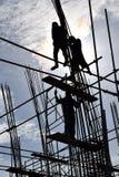 Um grupo dos trabalhadores de aço da construção filipina que montam as barras de aço no prédio sem ternos protetores apropriados  imagem de stock