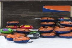 Um grupo dos tubos infláveis da neve foto de stock