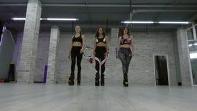 Um grupo fêmea de meninas novas, 'sexy' Kangoo salta no gym filme