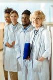 Um grupo multirracial de doutores no laboratório reveste a posição na imagens de stock royalty free