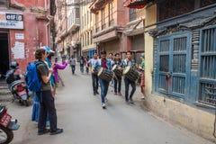 Um grupo pequeno dos bateristas novos rua em um 25 de março estreito, 201 Imagem de Stock