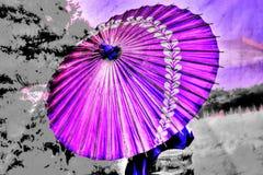 Um guarda-chuva da cor roxa fotos de stock